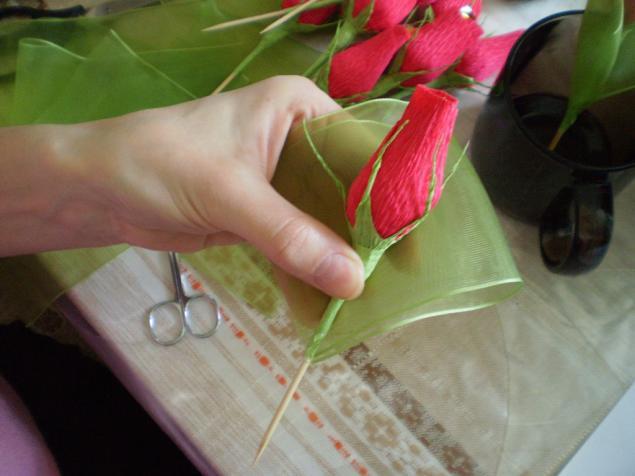 Бутоны роз из гофрированной бумаги с конфетами